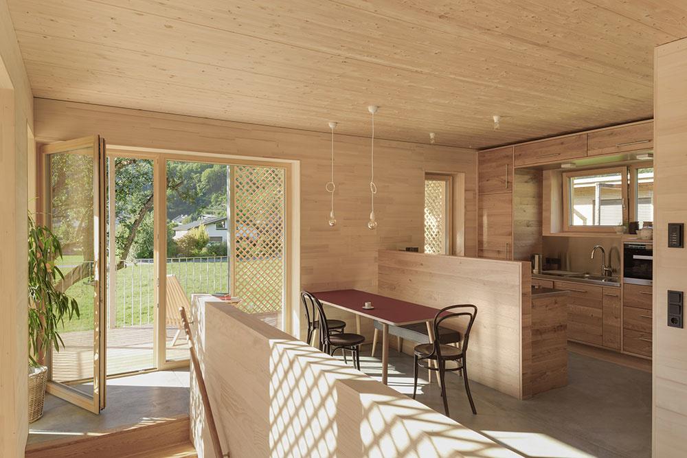 kuchyňa s jedálenským stolom.