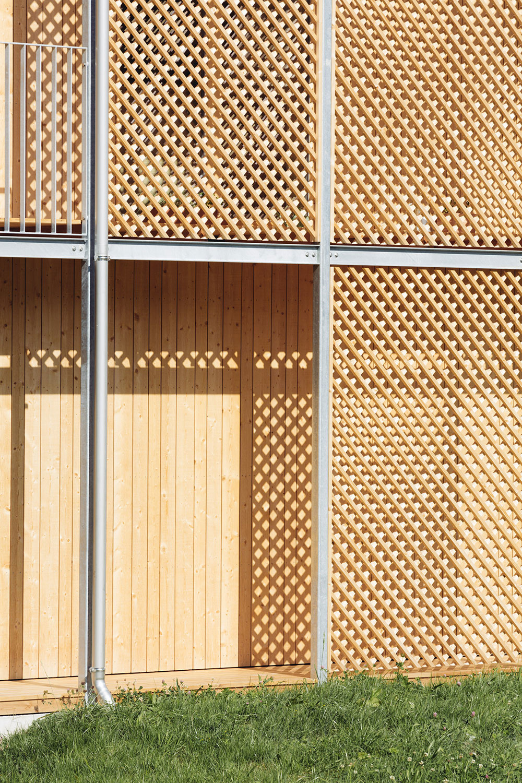 mriežkované clony na fasáde chaty