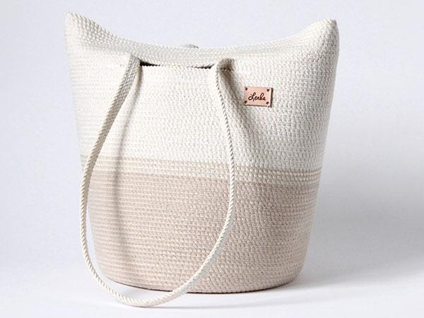 Taška z lana, ručne vyrobená, bavlnená priadza, 36 × 31 cm, odporúča sa impregnácia celej tašky, 47,80 €, www.sashe.sk/L.enka.