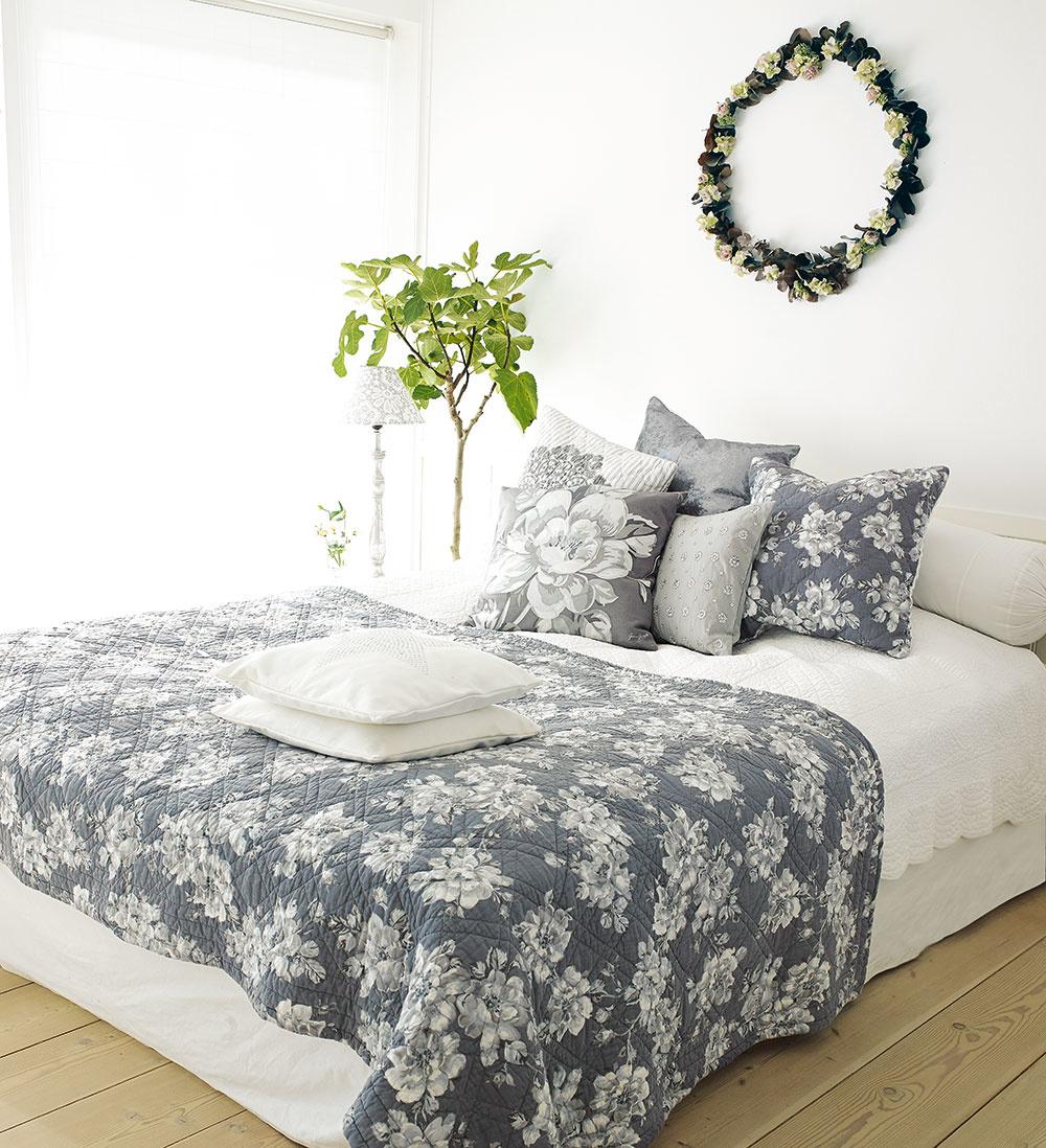 ŠKANDINÁVIA. Moderný vidiecky štýl sa inšpiruje najmä škandinávskym spôsobom bývania. To znamená funkčný minimalizmus. Dominantné farby sú biela aodtiene sivej, vzory sa inšpirujú tradičným folklórom.