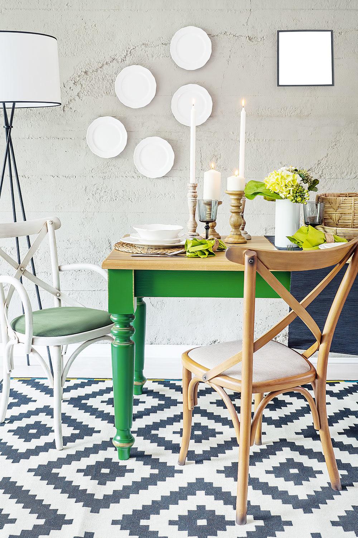 DRUHÝ DYCH. Kškandinávskemu rozmýšľaniu patrí aj ekologická zodpovednosť. Staršie kúsky nábytku môžu ľahko ožiť, stačí nový náter. To nič, že sa ksebe nehodia, ak ich farebne zladíte, dodajú interiéru iskru.