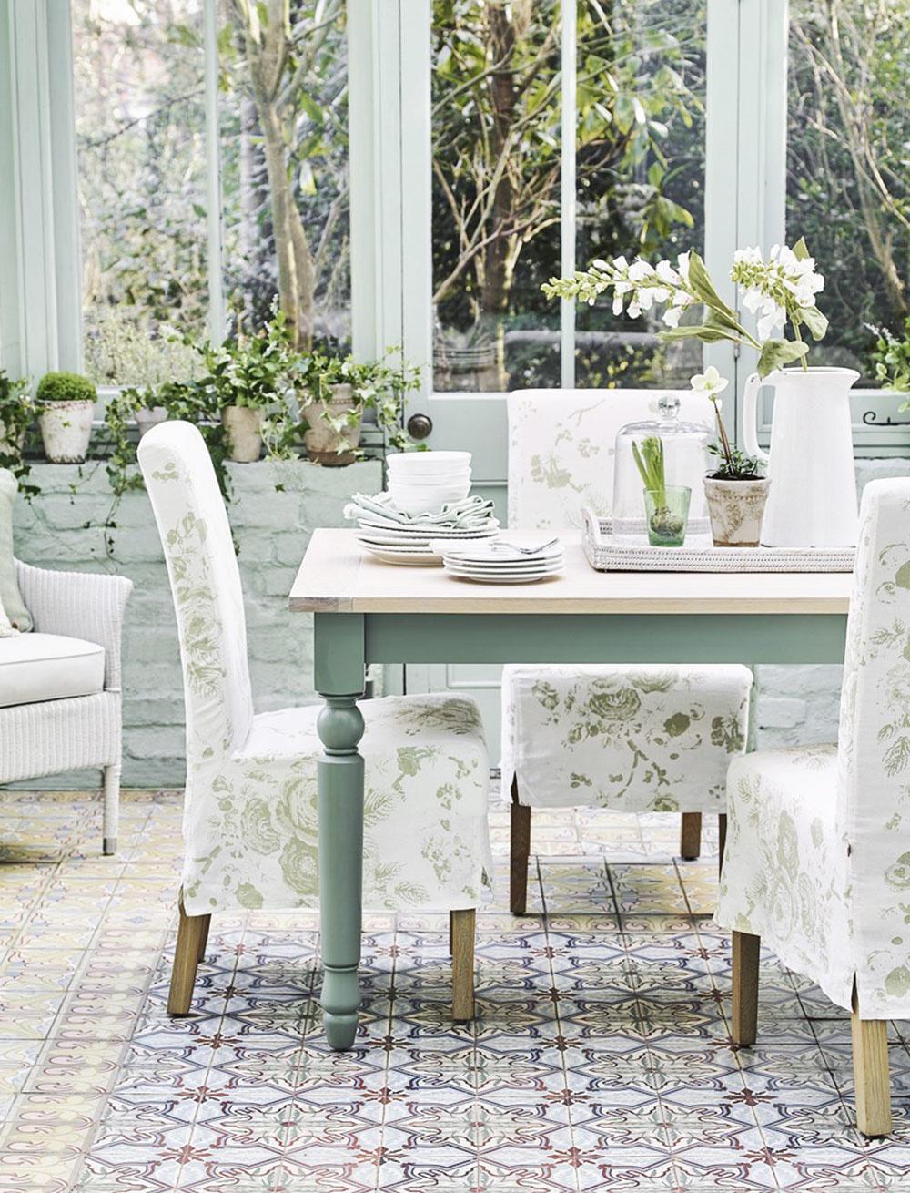 PATINA. Ak máte radi eleganciu, anglický vidiek môže byť pre vás to pravé, pretože práve také prvky nesie. Zbierka porcelánu, vázy skvetmi, svietniky, dózy, to všetko slúži na dekorovanie aje vystavené na obdiv.