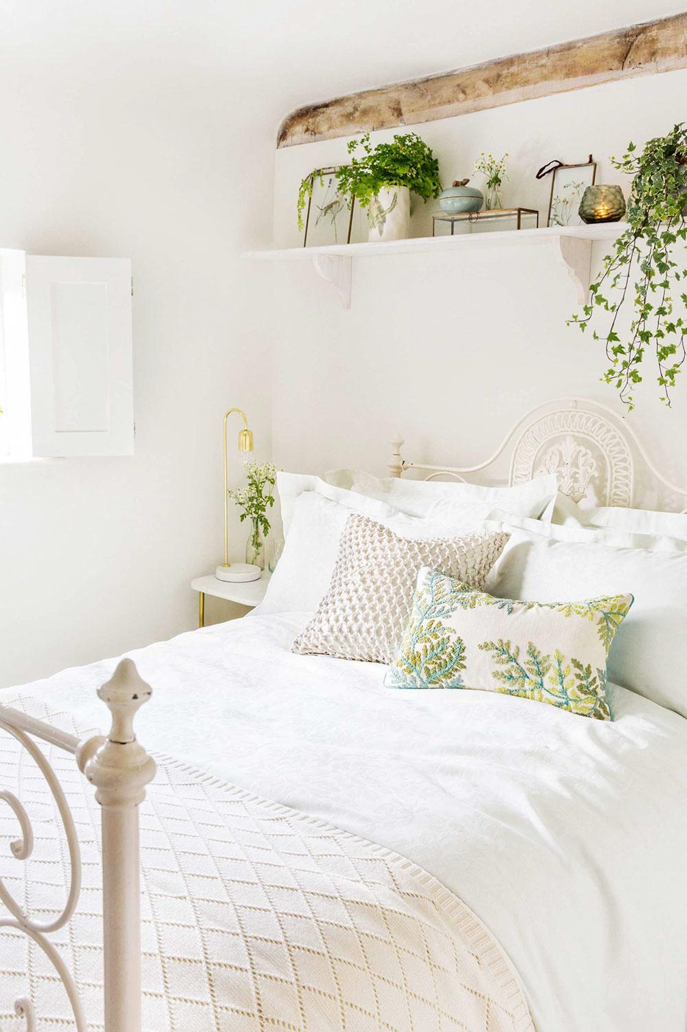 ROMANTIKA. Byť bohém znamená snívať. Spravte si zdomu vzdušný zámok. Bielu spálňu oživia rastliny. Vyberajte najmä tie so zaujímavými listami anízkymi nárokmi na starostlivosť.