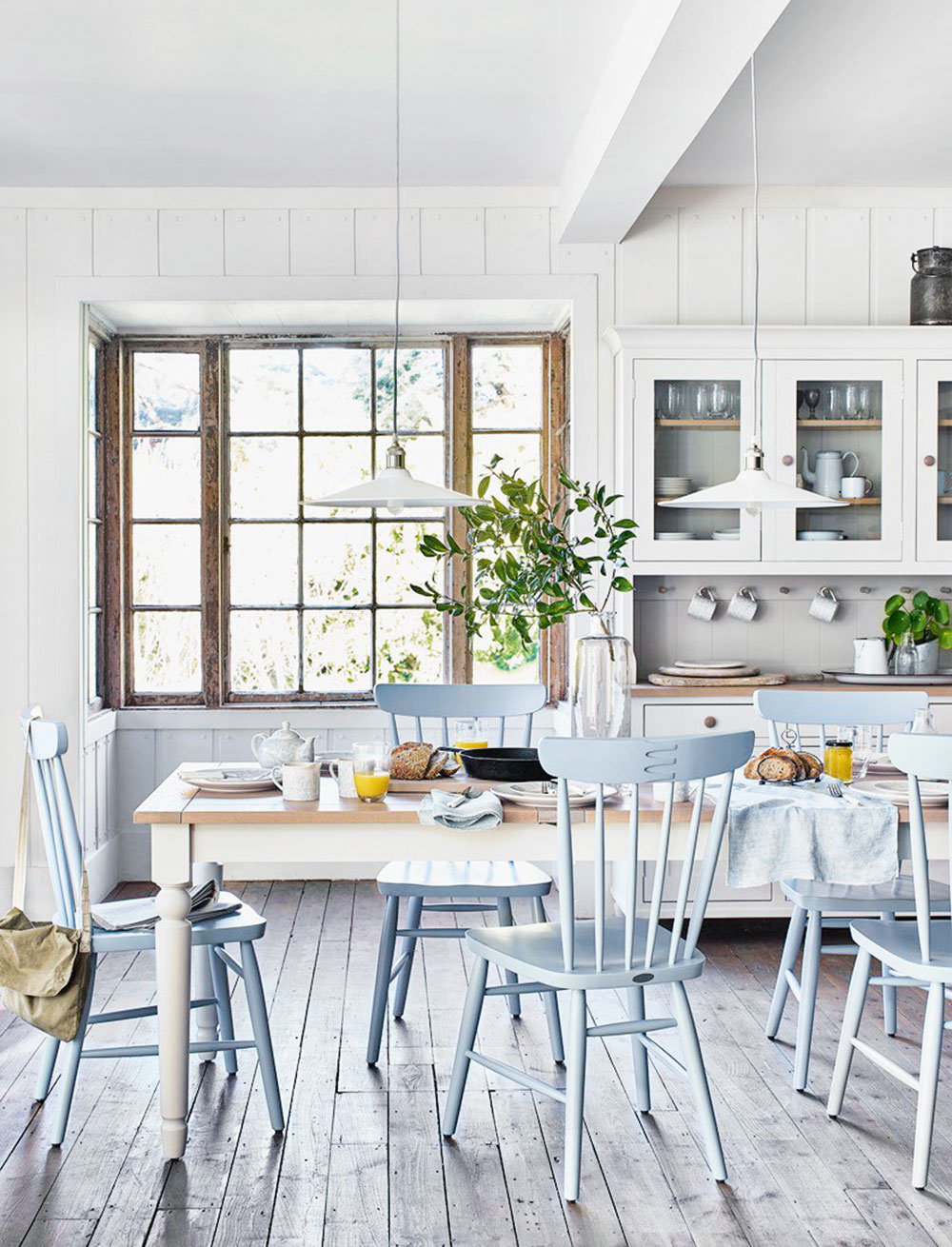 """SPOLOČNOSŤ. Bohémsky štýl si priam vyžaduje priestor, kde sa dá usporiadať pohostenie pre celý okruh známych. Ideálna príležitosť je napríklad spoločný """"brunch"""" – neskoré raňajky."""
