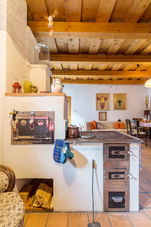 TECHNICKÝ UM. Murované pece sú fantastické aslávia svoj návrat. Okrem toho, že sú hlavným zdrojom vykurovania, poslúžia aj ako sporák, rúra, či dokonca ako extra posteľ. Vmnohých prípadoch sú to hotové umelecké diela.