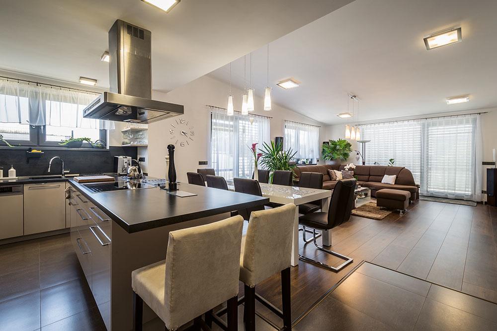 Dispozícia kuchyne aobývačky je otvorená avzájomne prepojená