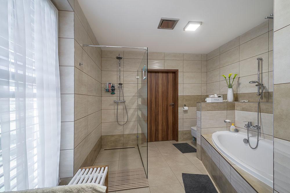 Kúpeľňa musela byť dostatočne veľká, aby poskytla priestor nielen sprchovaciemu kútu.