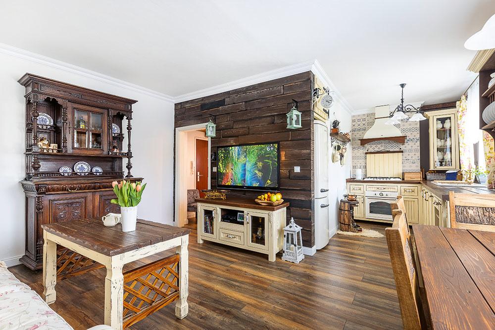 Romantický dvojizbový byt si vo vidieckom štýle zariadili v tehlovej bytovke (VIDEO)