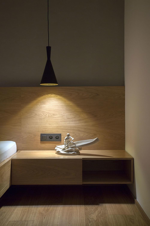 drevený nočný stolík