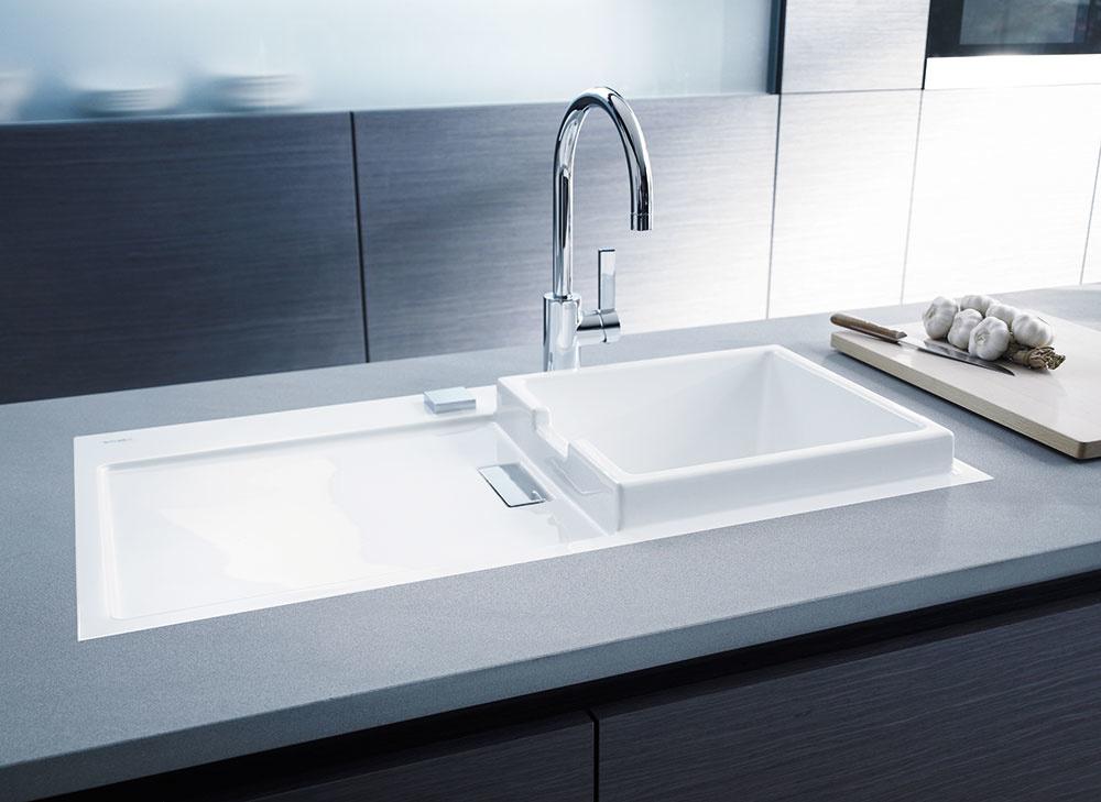 KERAMICKÝ DREZ Starck Kod značky Duravit dizajnoval známy Philipp Starck. Montuje sa do spodných skriniek so šírkou od 600 mm aminimálna hrúbka pracovnej dosky je 40 mm. Umývacia plocha môže byť vľavo ivpravo, ako sa vám hodí.