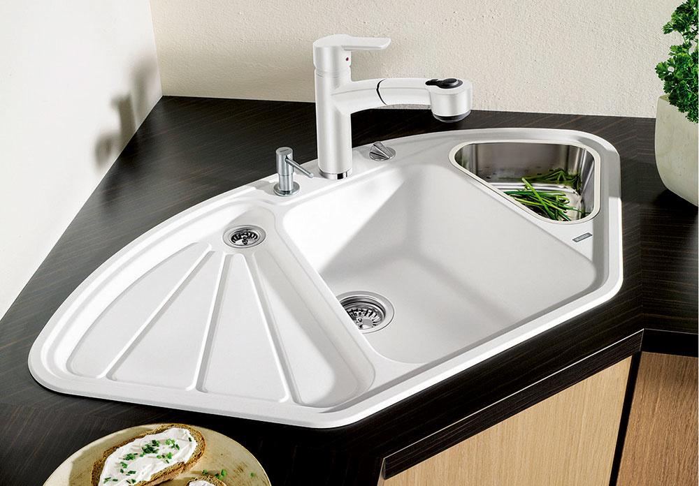 V ROHU. Pri návrhu kuchyne je každý centimeter dobrý. Najmä vmalých kuchyniach, kde potrebujete dostatok úložného priestoru, treba využiť každý priestor ergonomicky. Oblasť rohu kuchynskej linky býva často nevyužitá astáva sa znej hluché miesto. Vtom prípade môže byť riešením vhodne zvolený rohový drez.