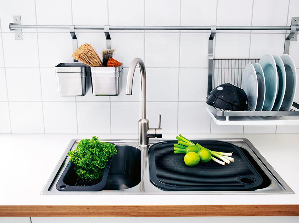Zavesený ODKVAPKÁVAČ. Vmalých kuchyniach je každý centimeter dobrý. Na odkvapkávanie si zadovážte systém, ktorý prichytíte na stenu. Praktické riešenie, ktoré ušetrí nemálo miesta, čo poviete?