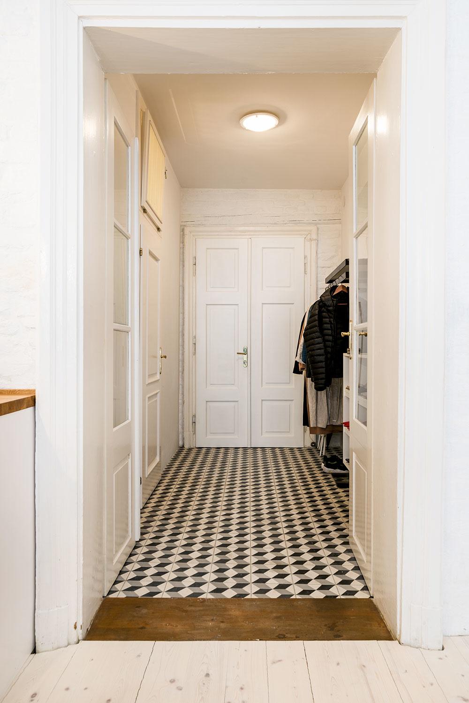 Vpredsieni nám klasické drevené dvere aretro dlažba sgeometrickým vzorom pripomínajú, že sme vstarom dome. Všetky ostatné priestory garsónky – kúpeľňa aj izba – sú však vyriešené moderne.