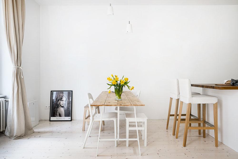 Spoločenská majiteľka rada privíta apohostí priateľov, čomu zodpovedá aj jedálenský stôl apočet stoličiek, na garsónku naozaj neobvykle vysoký.