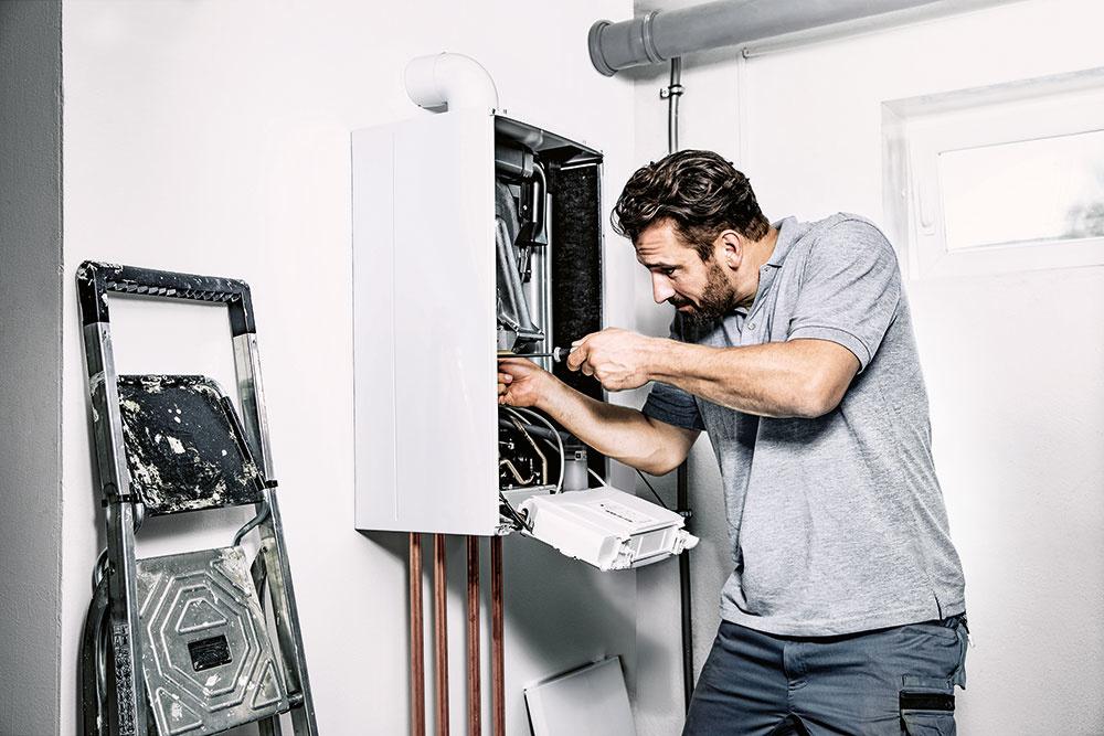 Servisné úkony, ktoré treba urobiť pri prehliadke, závisia od typu kotla avo väčšine prípadov sú uvedené vtabuľke, ktorá je súčasťou návodu daného zariadenia. Keďže ide ovyhradené technické zariadenie, môže ho kontrolovať aopravovať len odborne spôsobilá osoba. Servisný technik začne kontrolou všeobecného stavu kotla, vyčistí ventilátor, horák, výmenník, zásobník, filtre aďalšie súčasti. Skontroluje funkčnosť ovládacích prvkov atesnosť rozvodov, nastaví reguláciu, výkon aspaľovanie. Nakoniec skontroluje avyskúša celé zariadenie, prípadne odporučí odstránenie nedostatkov.