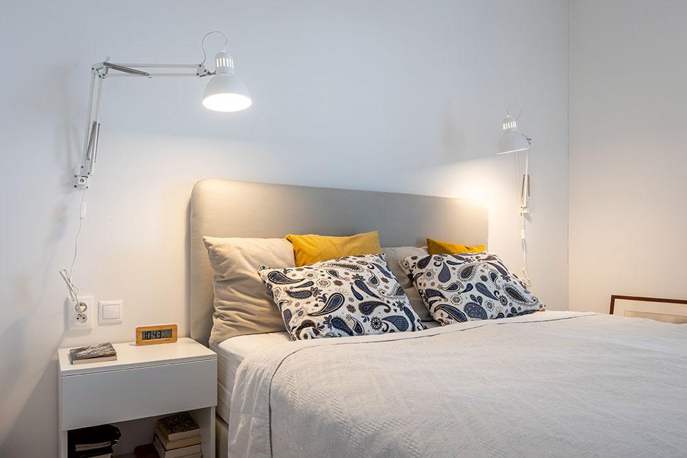 Najmenšia izba patrí domácej panej. Ako sama vraví, nič viac nepotrebuje. Stačí jej pohodlná posteľ a obľúbená kniha. Všetko ostatné v dome je dômyselne ukryté vo vstavaných skriniach, ktoré vyrobil na mieru šikovný stolár z Dunajskej Stredy.