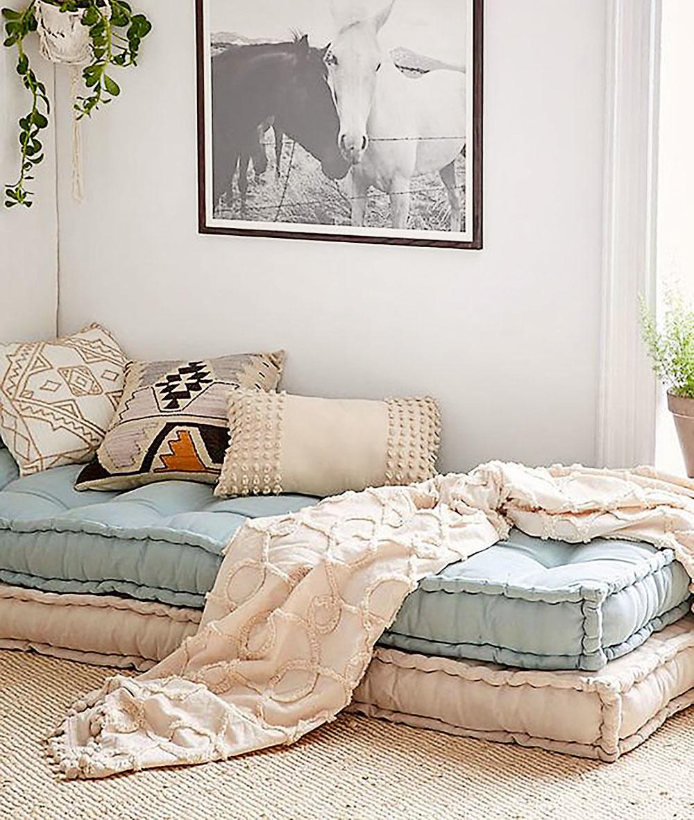 Sny v štýle boho. Vytvorte si v obývačke kútik na leňošenie, kde sa môžete bez výčitiek zvaliť kedykoľvek počas dňa. Úplne vám postačia dva dlhé matrace v pastelových farbách. Hoci je snívanie romantické samo osebe, nezabudnite  na ďalšie mäkké vankúše, textílie a pravdaže živé kvety.