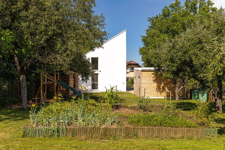 Za 75 000 € si na úzkom pozemku postavili praktický rodinný dom (VIDEO)
