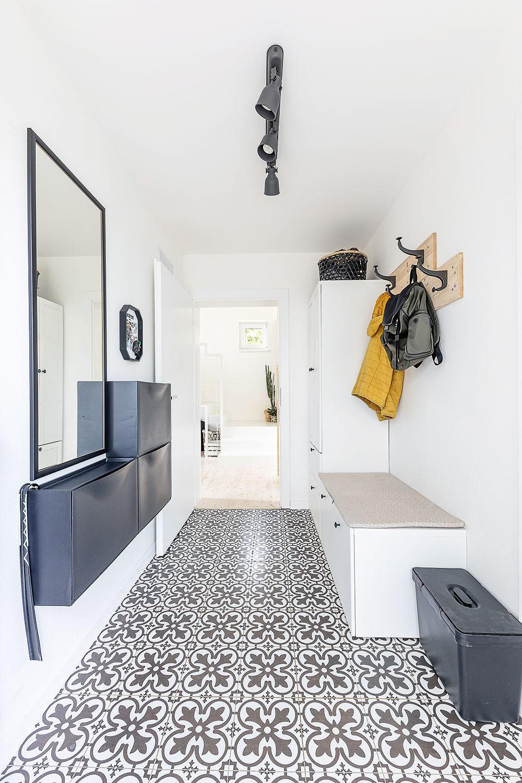 Za vstupnými dverami. Celý interiér je zariadený jednoducho aprakticky, no veľmi príjemne, snádychom striedmeho škandinávskeho štýlu.