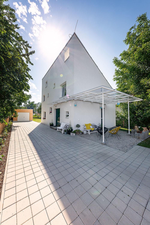 Myšlienka polovičného domu bola jednou zvecí, ktoré Eriku aAndreja presvedčili, aby si vybrali práve tento projekt. Majú totiž radi originálnu modernú architektúru, Erikinou srdcovkou sú navyše domy vštýle stodoly.