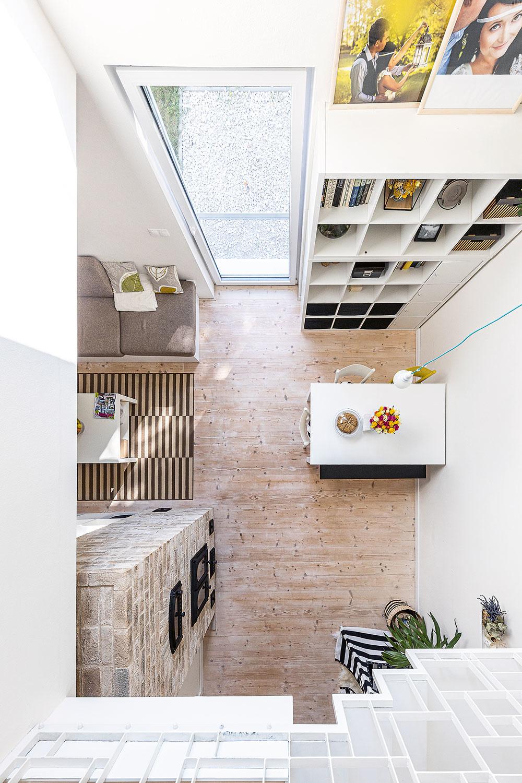 """Teplo za 18 € mesačne. Celý dom vykuruje fínska pec, nie sú tu žiadne radiátory. Je to ťažká akumulačná pec, zktorej sa teplo šíri prevažne sálaním. """"Bol pod ňu potrebný základ, ktorý unesie 4,5 tony, čo je dva- až trikrát toľko, ako pri bežných kachľových peciach,"""" pripomína architekt. """"Projekt stakýmto vykurovaním sme robili prvý raz aneveril som, že to bude fungovať, ale funguje."""" Hneď prvú zimu po dokončení domu prešla pec zaťažkávacou skúškou – celý mesiac klesali teploty až na –25 °C. """"Pec obstála, nebola tu zima,"""" hovoria domáci. """"Celý dom máme vzime vykúrený pekne rovnomerne, pričom náklady na drevo sú asi 18 € na mesiac. Navyše je to veľmi príjemné kúrenie."""""""