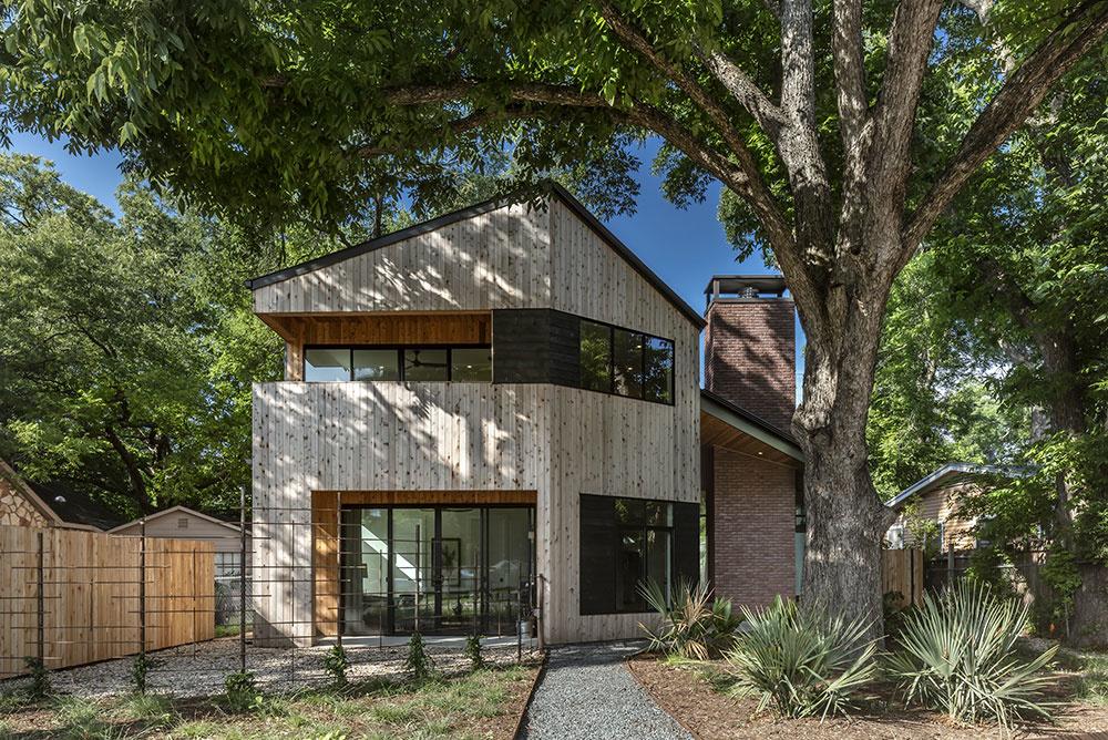 Snaha o zachovanie starých stromov na pozemku vyústila do nepravidelného tvaru domu