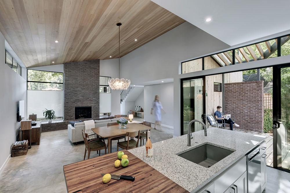Hlavná obytná miestnosť spája kuchyňu s pracovným ostrovčekom, jedáleň a obývaciu izbu do jedného celku.