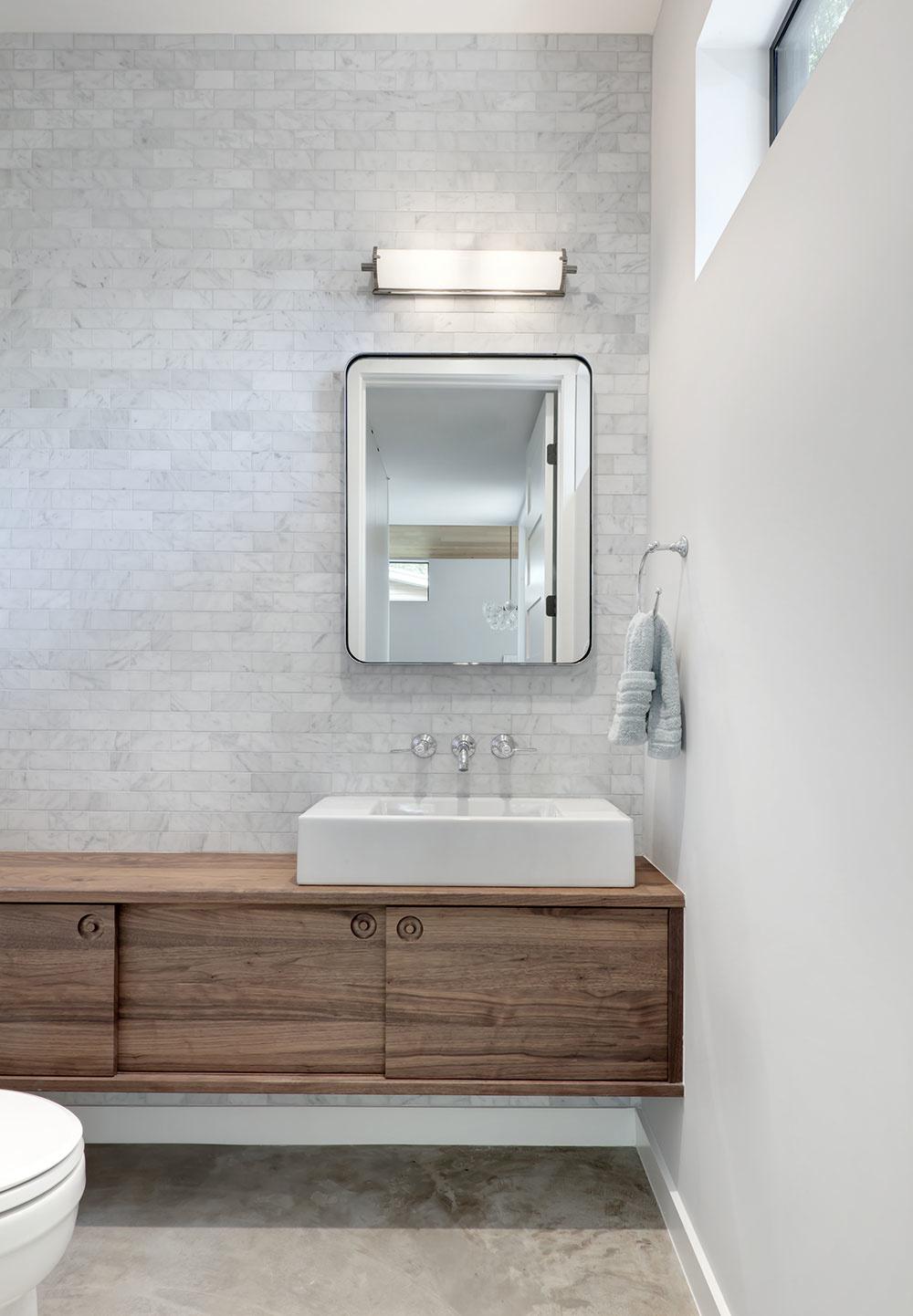 kúpeľňa so sivo-bielym tehlovým obkladom