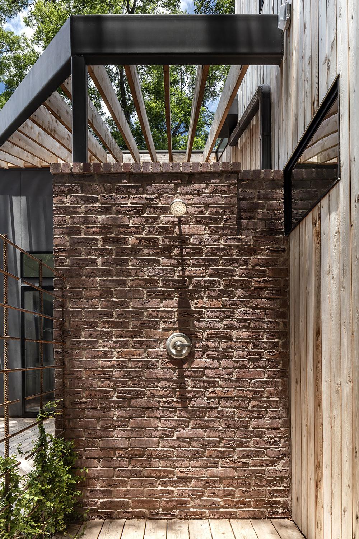 exteriérová sprcha z tehlovým obkladom