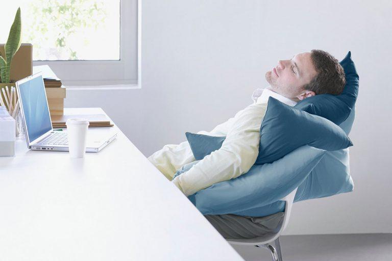 Prichádza na vás jesenná únava? Doprajte si krátky popoludňajší spánok, ktorý vás dobije energiou