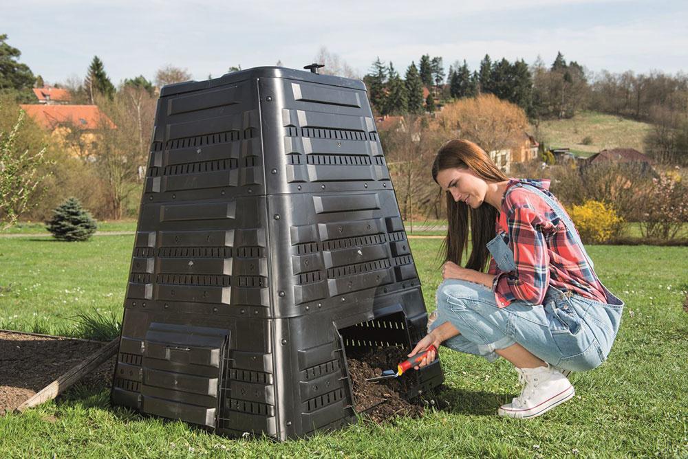 Kompostér K 700 pojme až 720 litrov biomasy. Je vybavený vekom s pántami a otočným ventilom, slúžiacim na reguláciu prívodu vzduchu. V spodnej časti nájdete bočné dvierka na vyberanie kompostu.