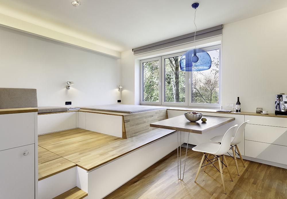 Zjednocujúcim prvkom celého bytu je masívna dubová podlaha