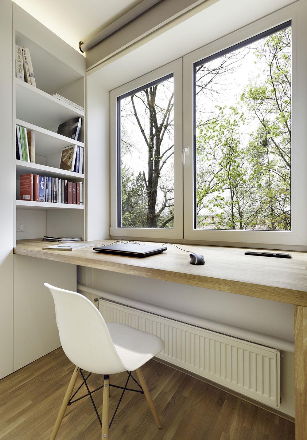 pracovný stolík v detskej izbe s výhľadom