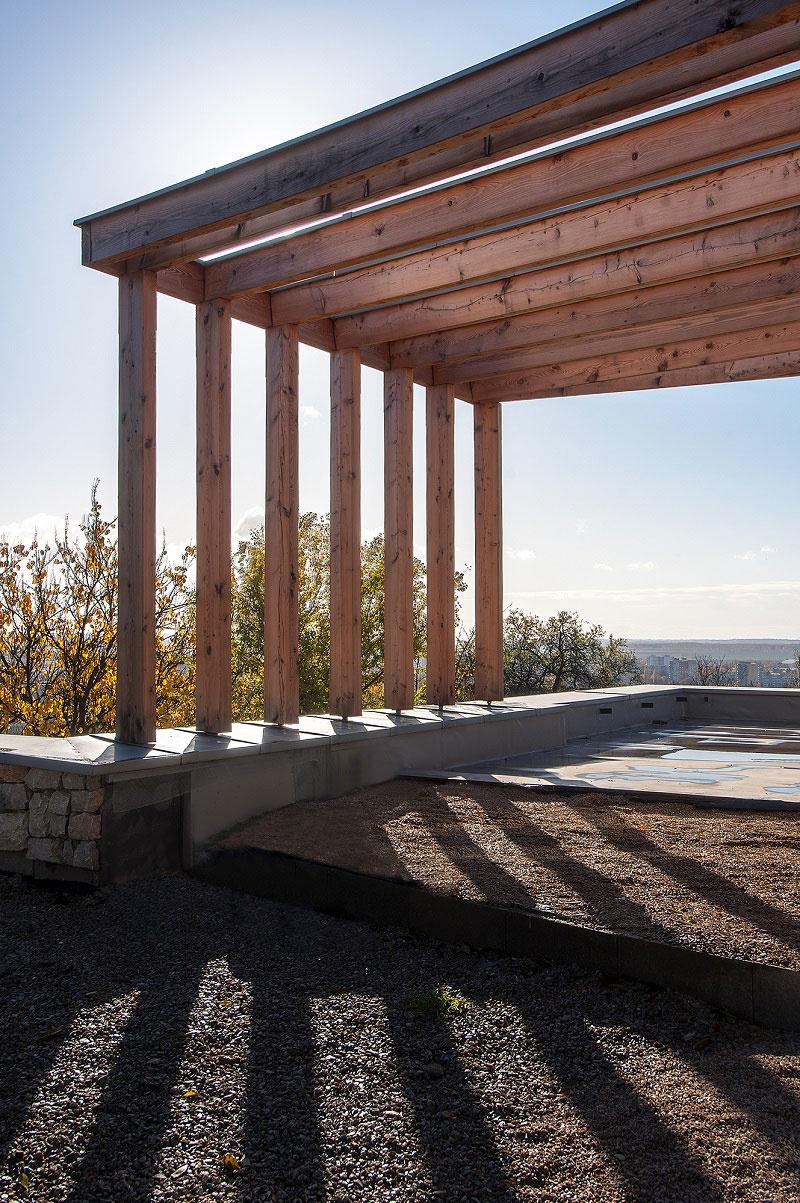 Terasa je čiastočne krytá drevenou konštrukciou