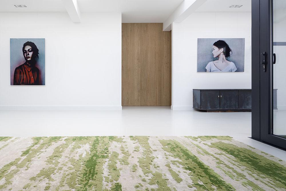 ručne tkaný koberec s prírodným machovým vzorom