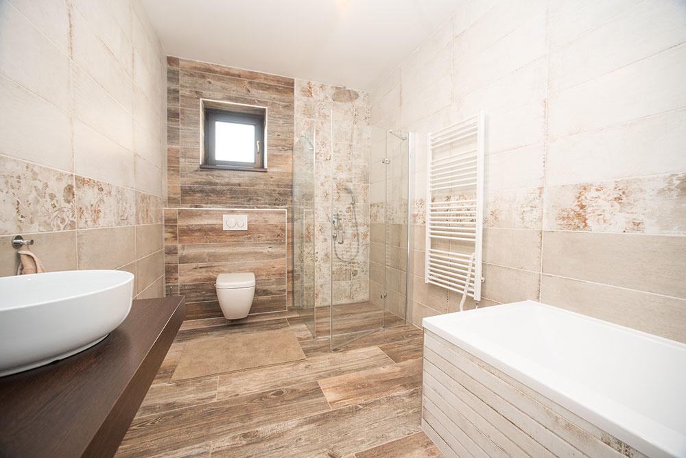 kúpeľňa s vaňou a sprchovým kútom