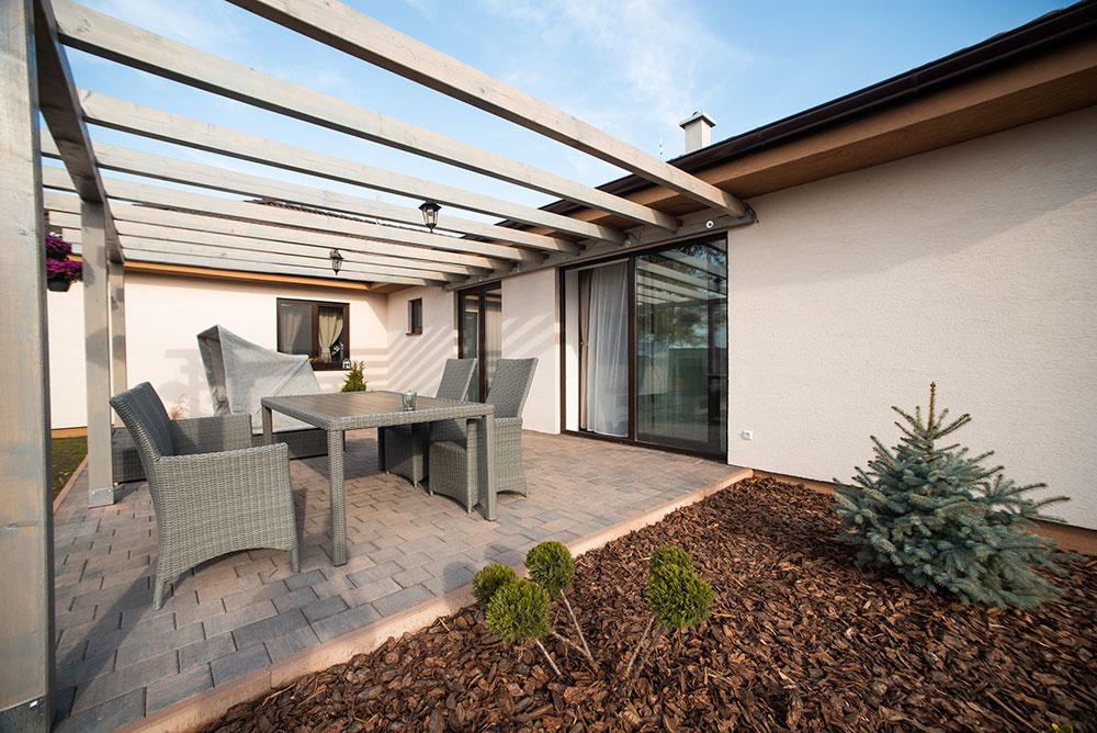 terasa so záhradným nábytkom