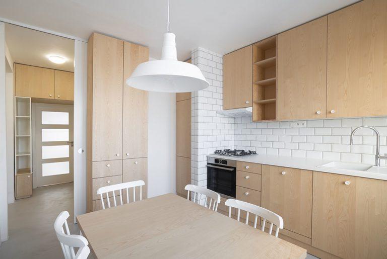 Typický tehlový byt prešiel rekonštrukciou a dnes žiari čistotou a jednoduchosťou