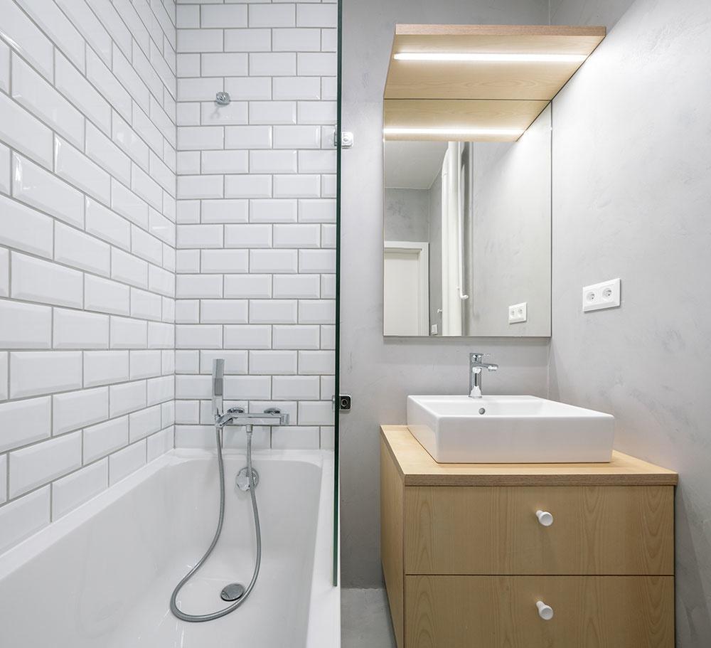kúpeľňa v bielom s drevenou skrinkou pod umývadlom