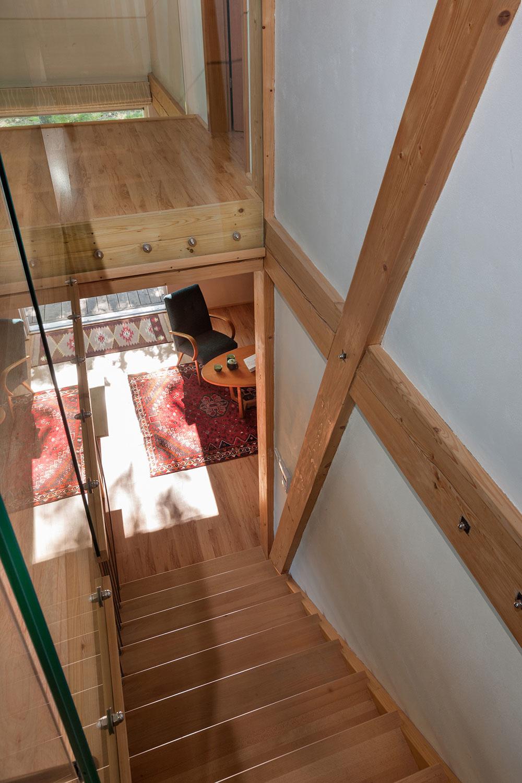vzdušné schodisko s tyčovým zábradlím