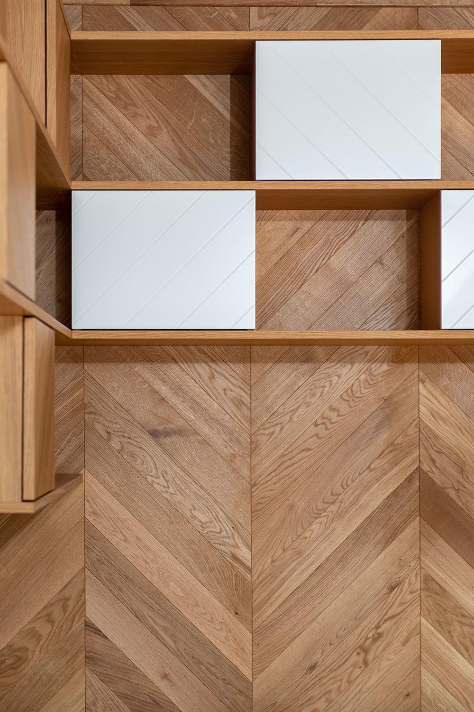 pod stropom zavesená sústava políc so skrinkami v šachovnicovom vzore