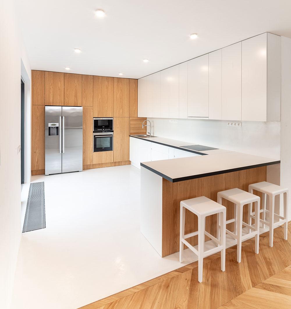 kuchyňa je riešená v bielej farbe skombinovanej s dubovou dyhou