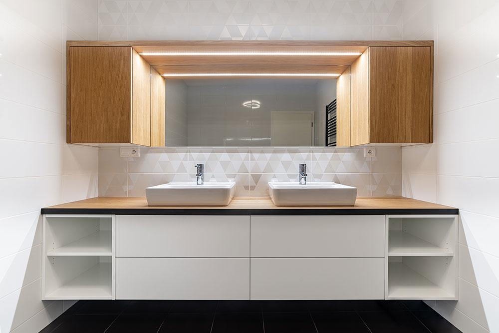kúpeľňa, na ktorej nás zaujal najmä obklad na stene za umývadlami