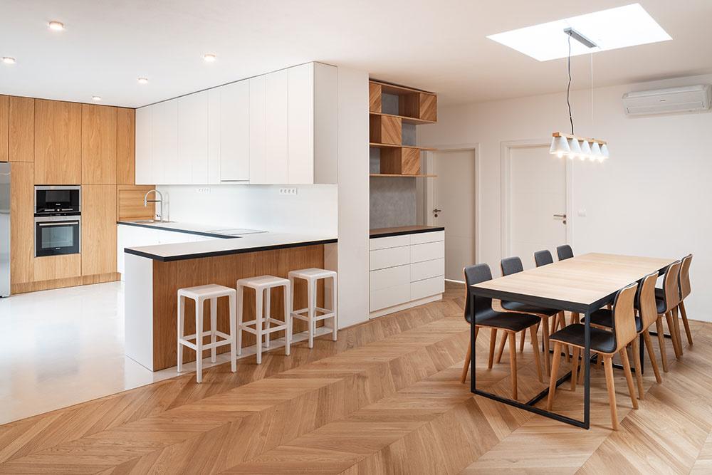 Priestor kuchyne a jedálne oddeľuje aj barový pult s vysokými stoličkami.