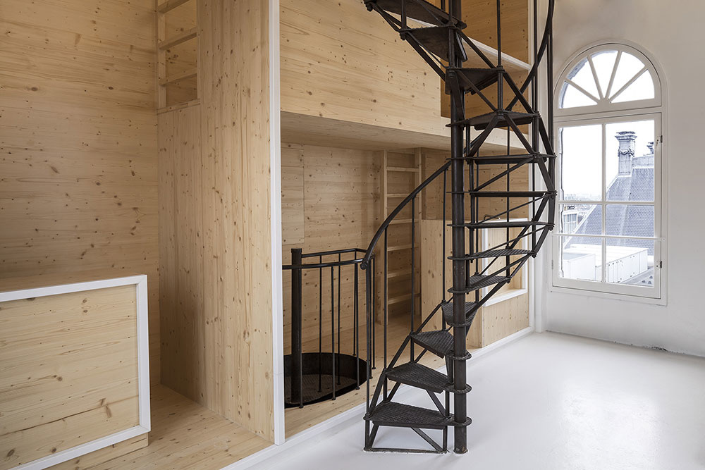 Vo veži s výhľadom na mesto sa ukrýva jedinečné riešenie minimalistického bývania