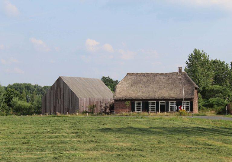 Z kravína si spravili skromný rodinný dom a z konskej stajne spoločenský priestor