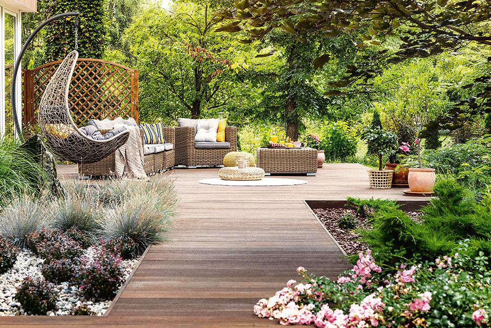 Kompozitný materiál je tiež vhodnou alternatívou; má vzhľad dreva, no oproti prírodnému materiálu lepšie odoláva poveternostným vplyvom a hnilobe, poskytuje tiež farebnú a tvarovú stálosť.