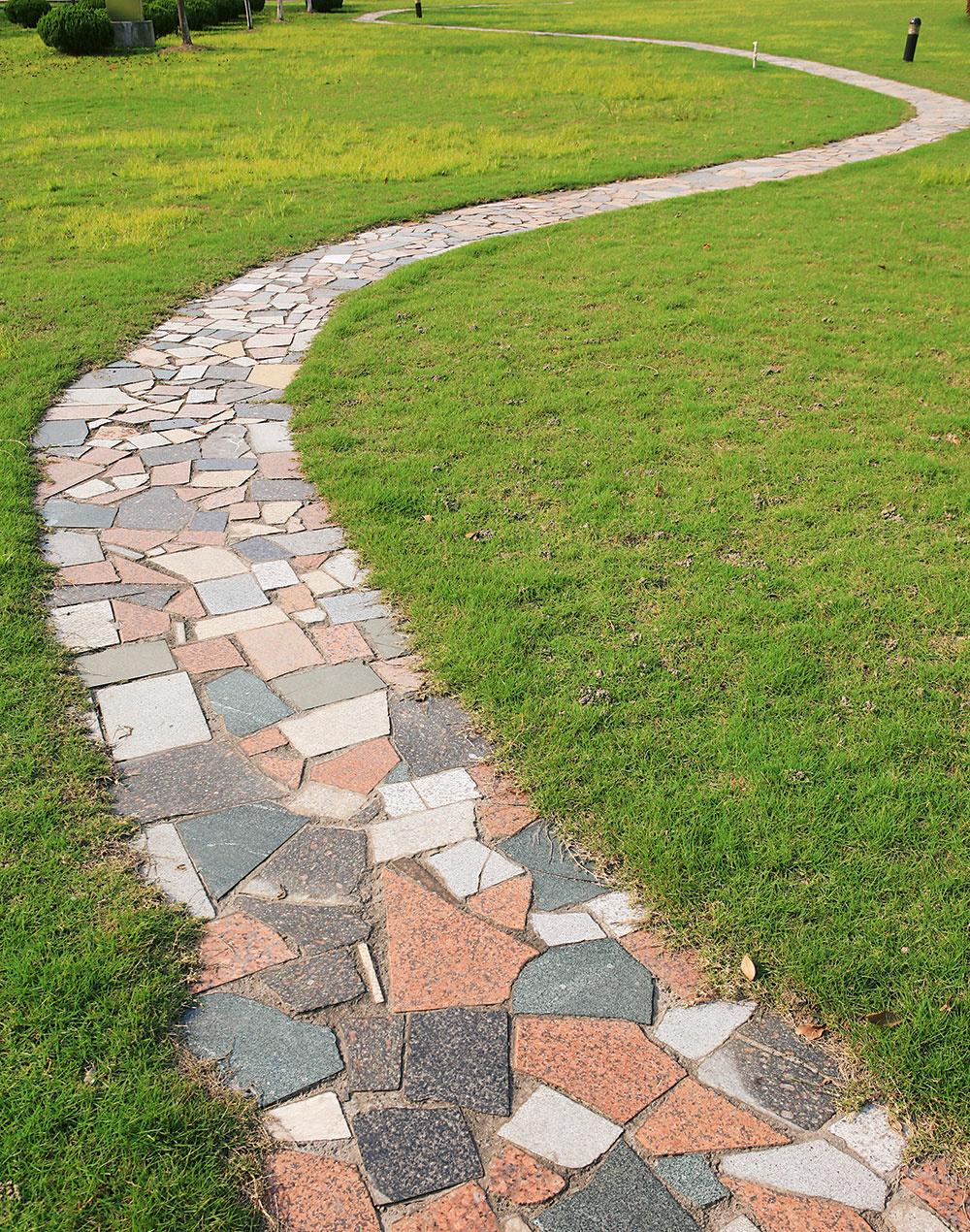 Farebná mozaika. Ak vám zostali rôzne kúsky exteriérovej dlažby, môžete znich vytvoriť originálny chodníček. Naštiepaním alepením dosiahnete akýkoľvek tvar či dokonca obrazec.