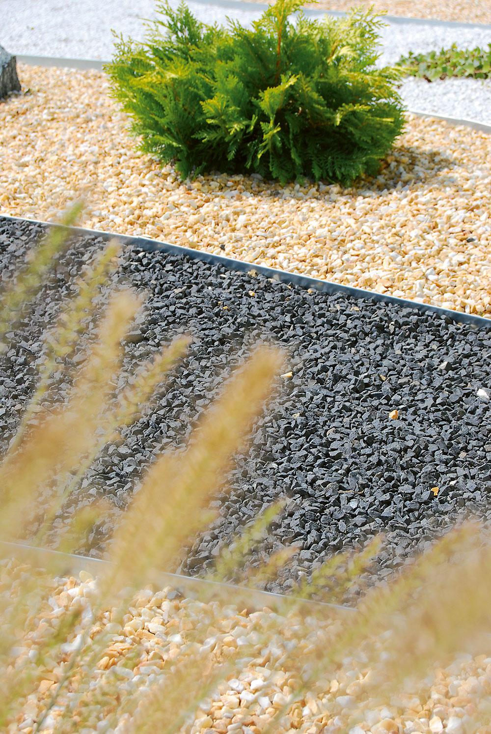 Čadičová drvina je pri tvorbe záhrady veľmi obľúbená, pretože je na pohľad esteticky príjemná ajej údržba je minimálna. Používa sa prevažne ako pokrývka záhonov svýraznými efektmi. Na www.hornbach.sk si môžete vybrať zviacerých farieb.