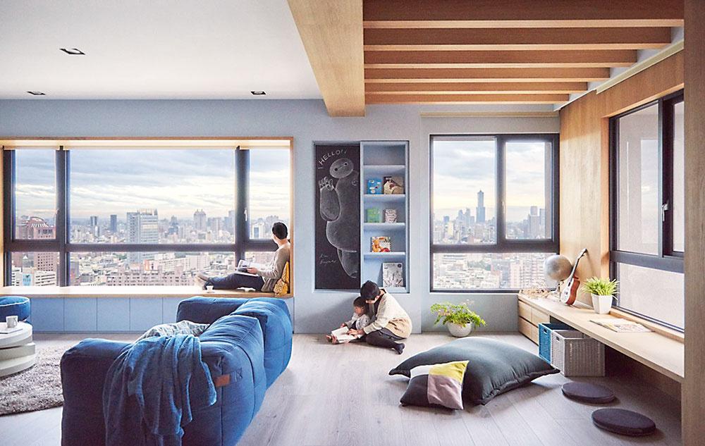 """PODEĽTE SA O ŇU. Obývačka väčších rozmerov je ideálna na to, aby ste v nej vytvorili zónu aj pre vašich menších spolubývajúcich. Opticky ju predelíte na dve časti napríklad pohovkou. Do tej """"detskej"""" umiestnite policu na knižky a hračky, mäkký kusový koberec, vankúše alebo sedací vak. Okrem toho nezabudnite na stolík či pracovnú plochu na tvorenie a kreslenie. Kus steny môžete dočasne natrieť tabuľovou farbou a verte, že deti tam budú tráviť viac času ako vo svojich izbičkách. A vy ich budete mať pekne na očiach."""